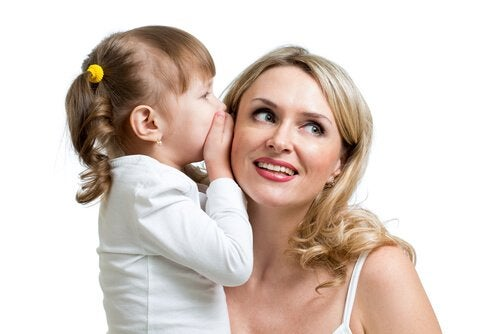 Barn viskar till mamma