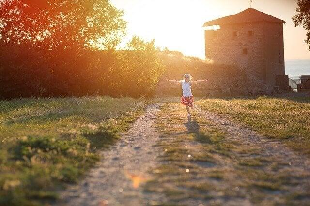 Flicka i solnedgång