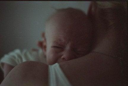 Föräldrar med skrikande bebis