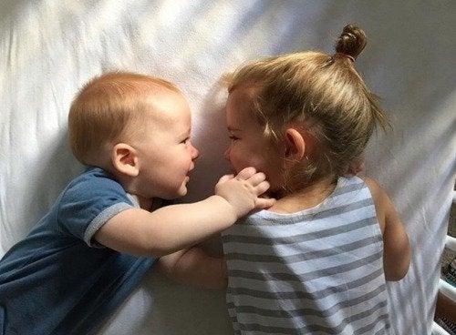 Leende syskon