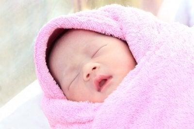 Sovande nyfödd i filt