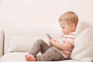 Barn använder teknik