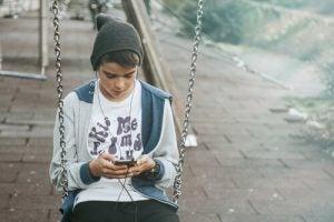 ungdom använder mobil