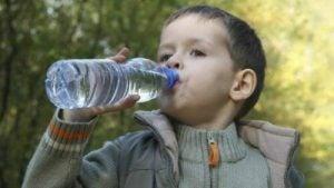 Barn med vattenflaska