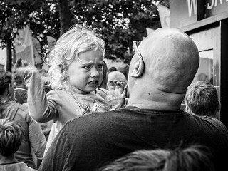 Flicka som skriker på pappa