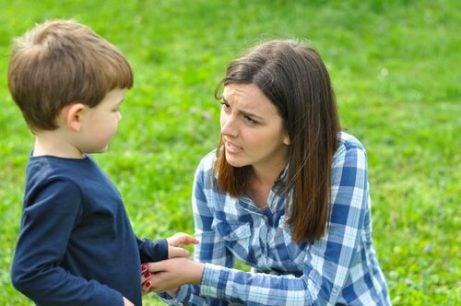 Mamma med son i park