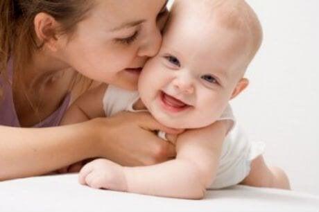 Mor som pussar bebis