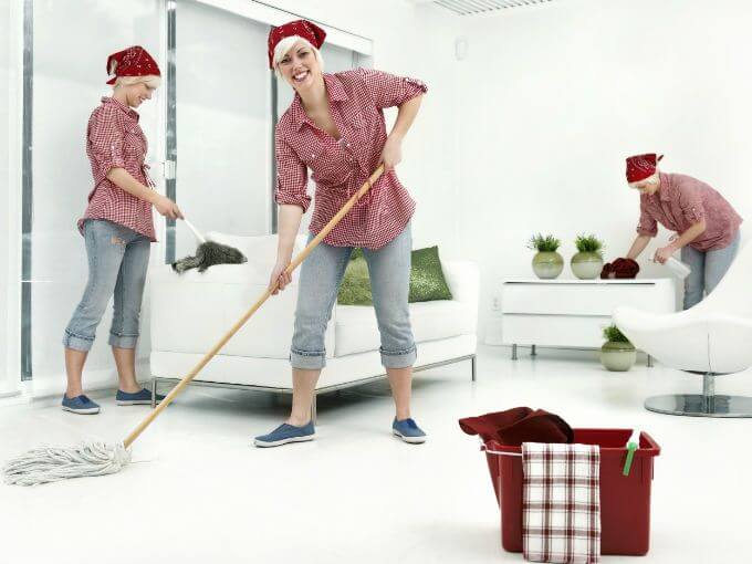 Mor som städar