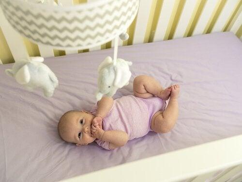 Bebisens tredje månad: utveckling av sinnen och rörelser
