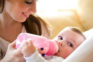 bebis med nappflaska