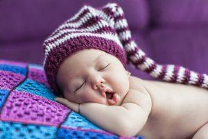 ett spädbarn som somnat vid rätt sovtid