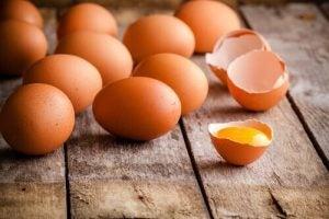 Ägg för att göra omeletter till barnen