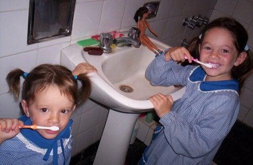 Barn som borstar tänderna.