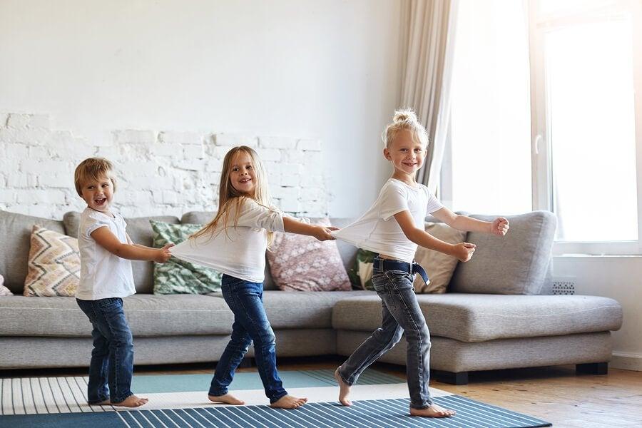 Är det bra för barn att gå barfota hemma?