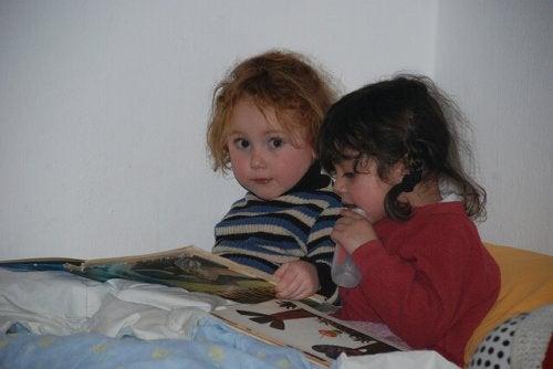 Barn som läser sagor.