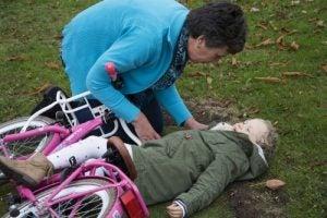 Barn som ramlat av cykeln