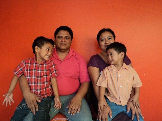 Familj som sitter ner.