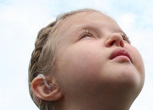 Flicka som tittar uppåt.