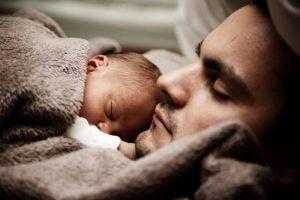 pappa och barn sover tillsammans