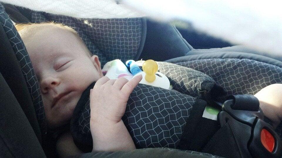 Tips för att resa med din bebis i bilen