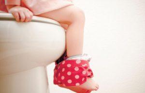 Litet barn på toaletten