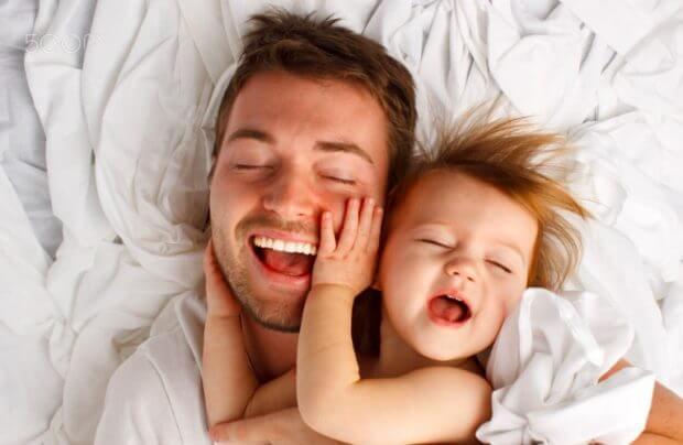 En pappa som leker med sin dotter