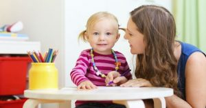 En mamma pratar med sin tvååring