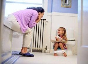 Barn försöker sig på toaletträning