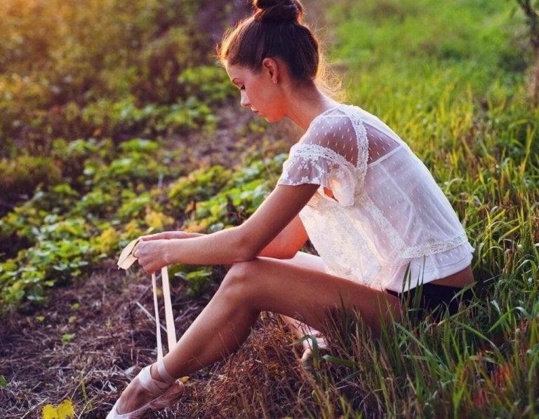 Ung kvinna som tänker på livet