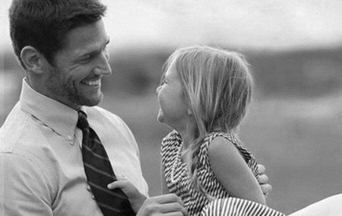 En pappa som pratar med sin dotter