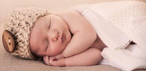 7 sätt att få din bebis att sova genom natten