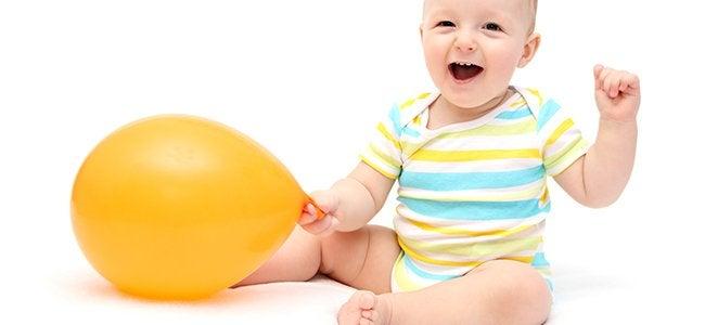 Bebis med ballong.