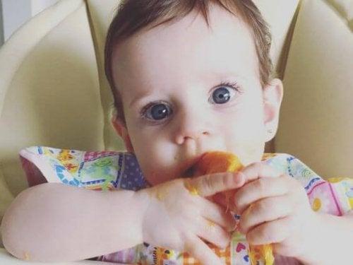 Bebis som äter.