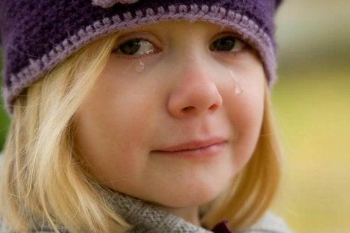 Flicka som gråter.