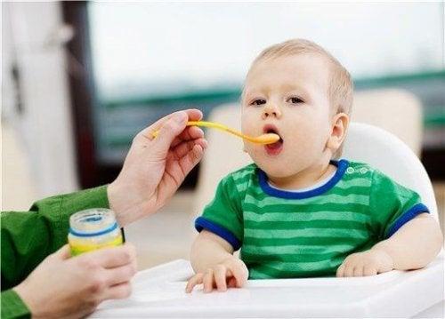Förälder som matar barn.