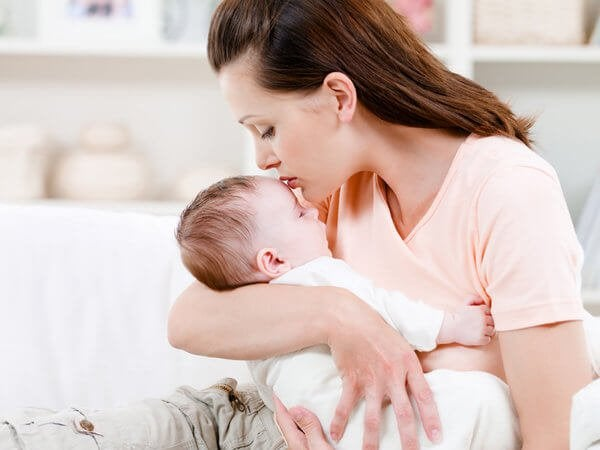 Varför du borde hålla din bebis i famnen