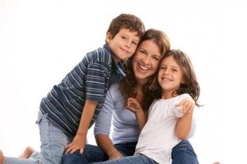 Mamma med son och dotter.