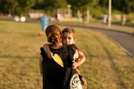 Mamma som bär med sig sin son.