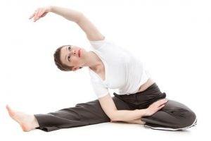 Mamma utför yoga