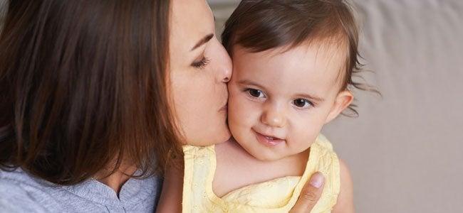 Mor som pussar dotter.