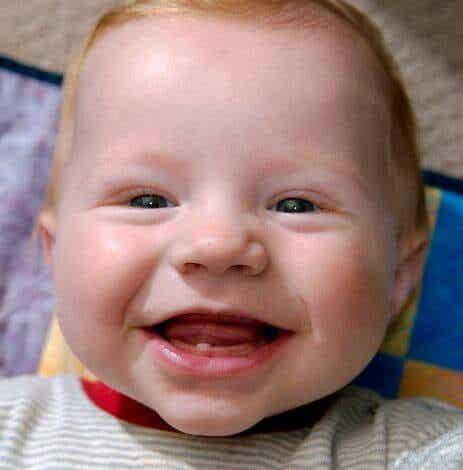 6 tecken på att ditt barns första tand är på väg