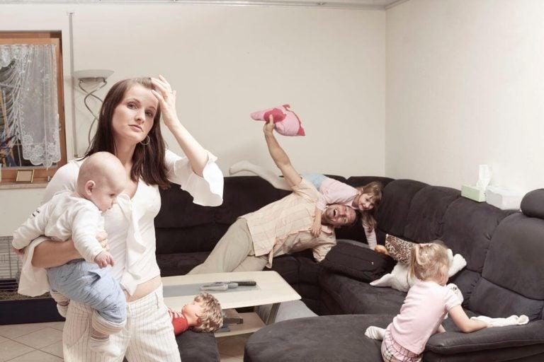 Varför känner mammor mer stress än pappor?