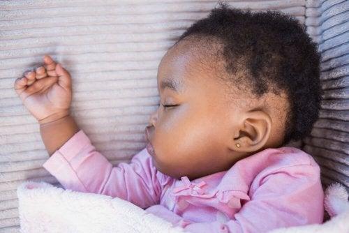 Bebis med piercat öra