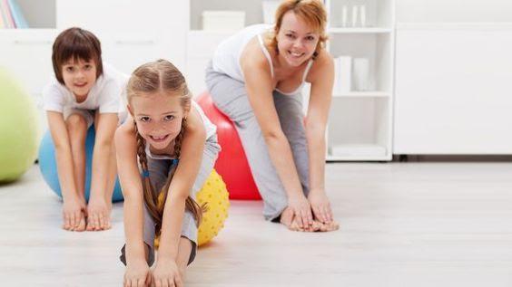 Familj utför yoga