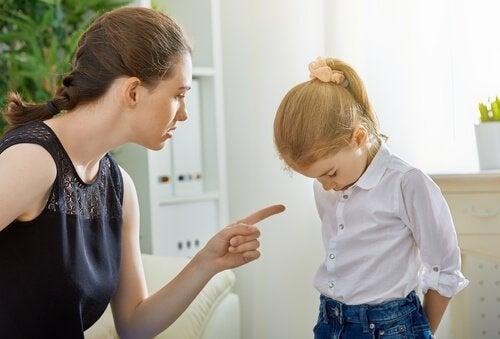 Mamma skäller på dotter