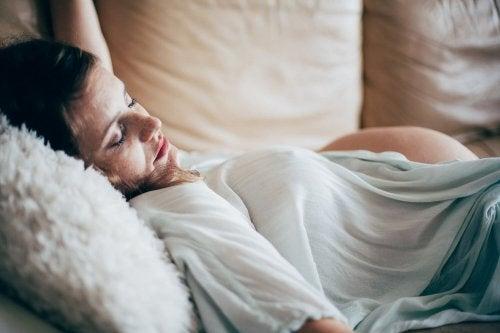 Gravid kvinna sover