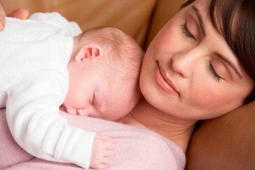 Kvinna med sin bebis.