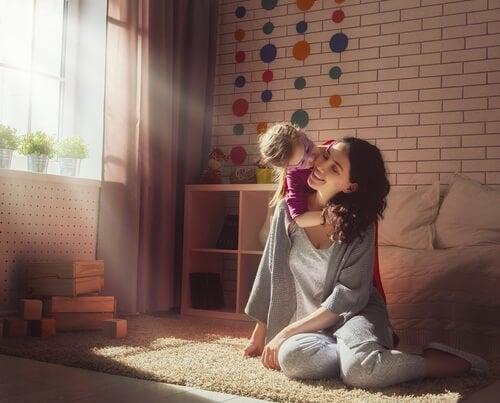 Lycklig mamma och dotter