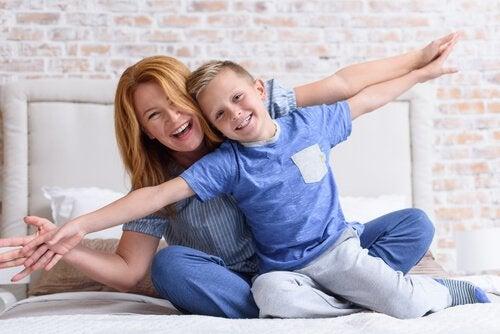 Mamma och son leker