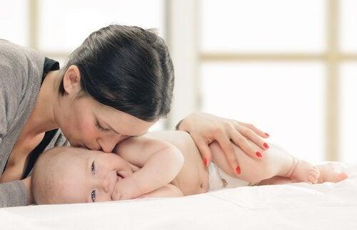 Mamma pussar bebis
